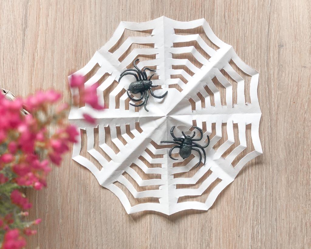 Aktivitet barn  barneaktivitet   Origami ark brette barnehage  skole Halloween lag selv fremgangsmåte spindelvev  mamma mammalivet småbarn   Kreativ forming  motorikk finmotorikk trene gøy fantasifull lag selv inspirasjon